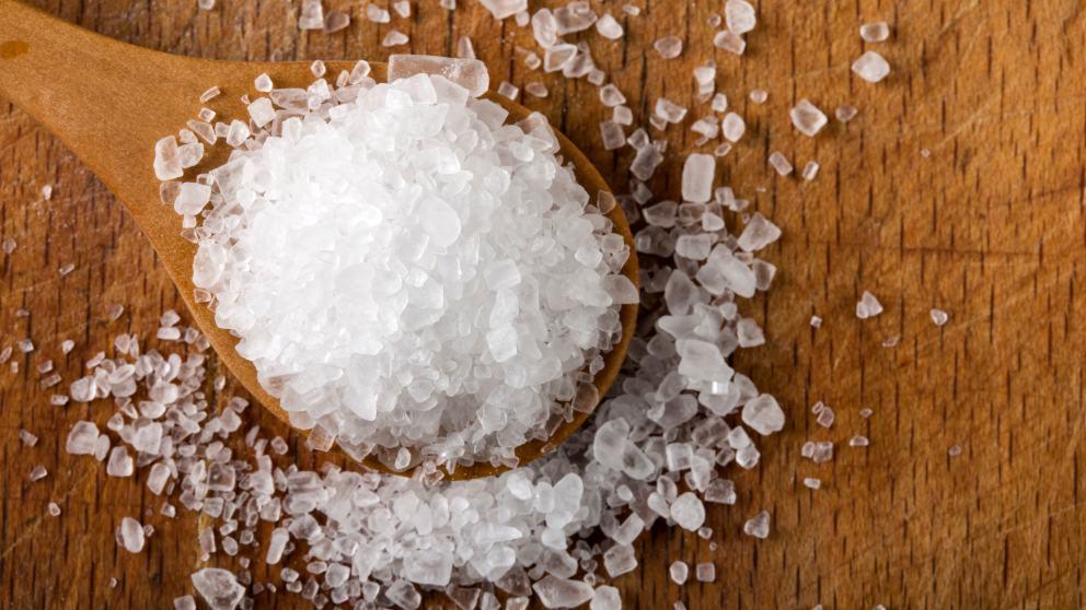 Los 8 alimentos que contienen más sal (algunos son healthy)