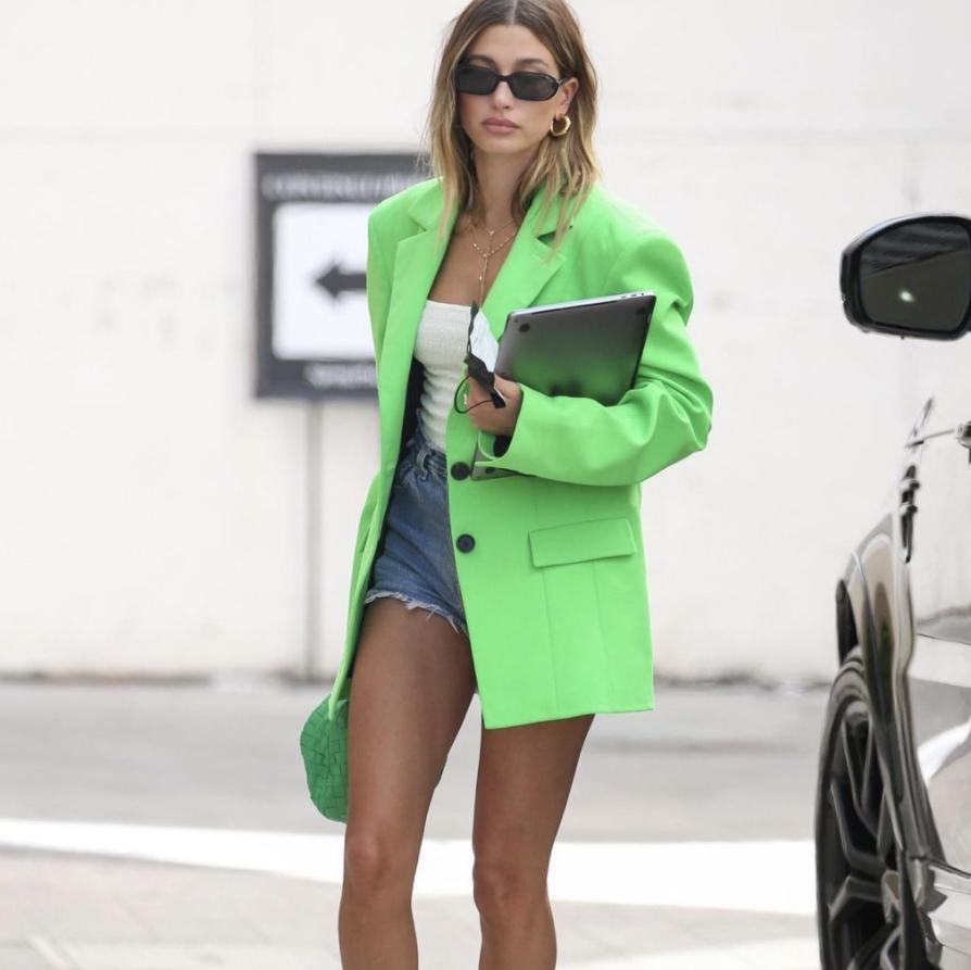 El inesperado color del blazer favorito de Hailey Bieber ya es tendencia