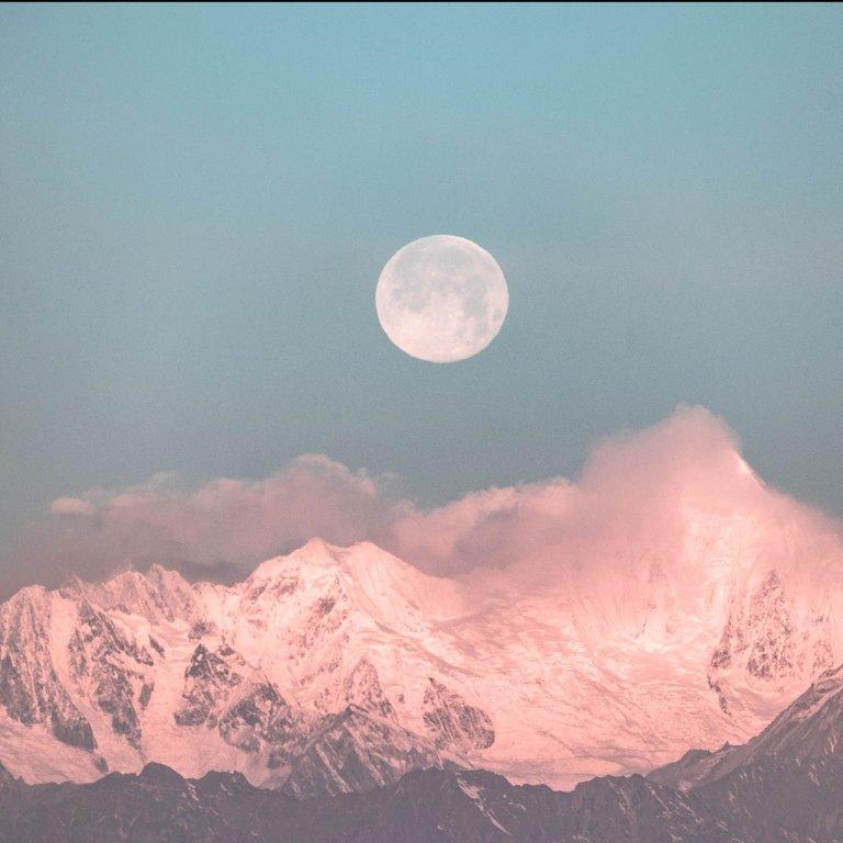 Agua de luna: un ritual de belleza para hacer en luna llena