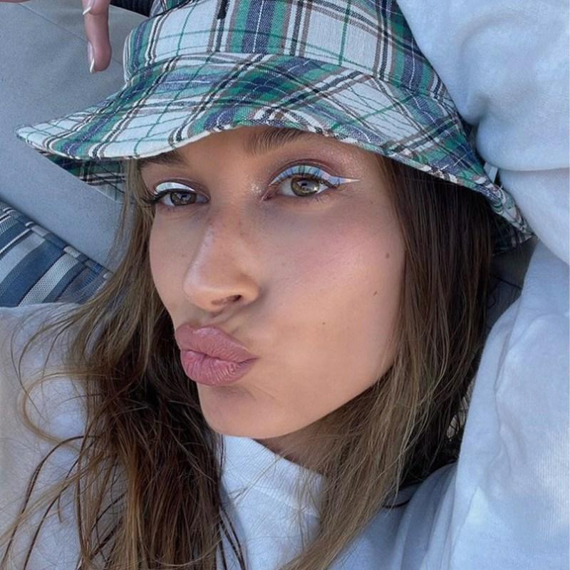 Hailey Bieber confirma que los delineadores en tonos pastel son una hot choice de verano
