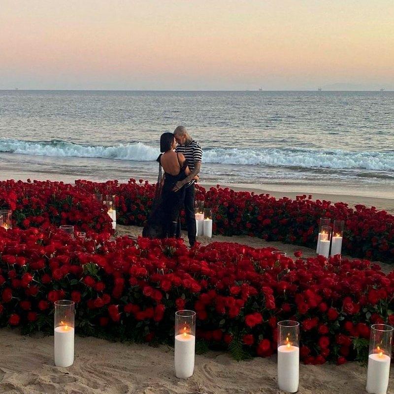 Travis le pidió matrimonio con cientos de rosas a Kourtney en la playa