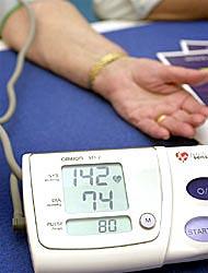 За аптечкой: какое давление надо сбивать медикаментами, а какое не несет вреда для организма? Можно ли резко сбивать давление