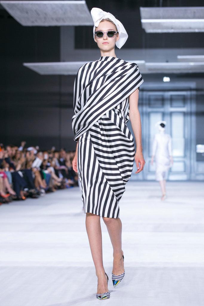 https://i0.wp.com/int.nyt.com/applications/catwalk/images/giambattista-valli/winter-2014-couture/2-jumbo.jpg