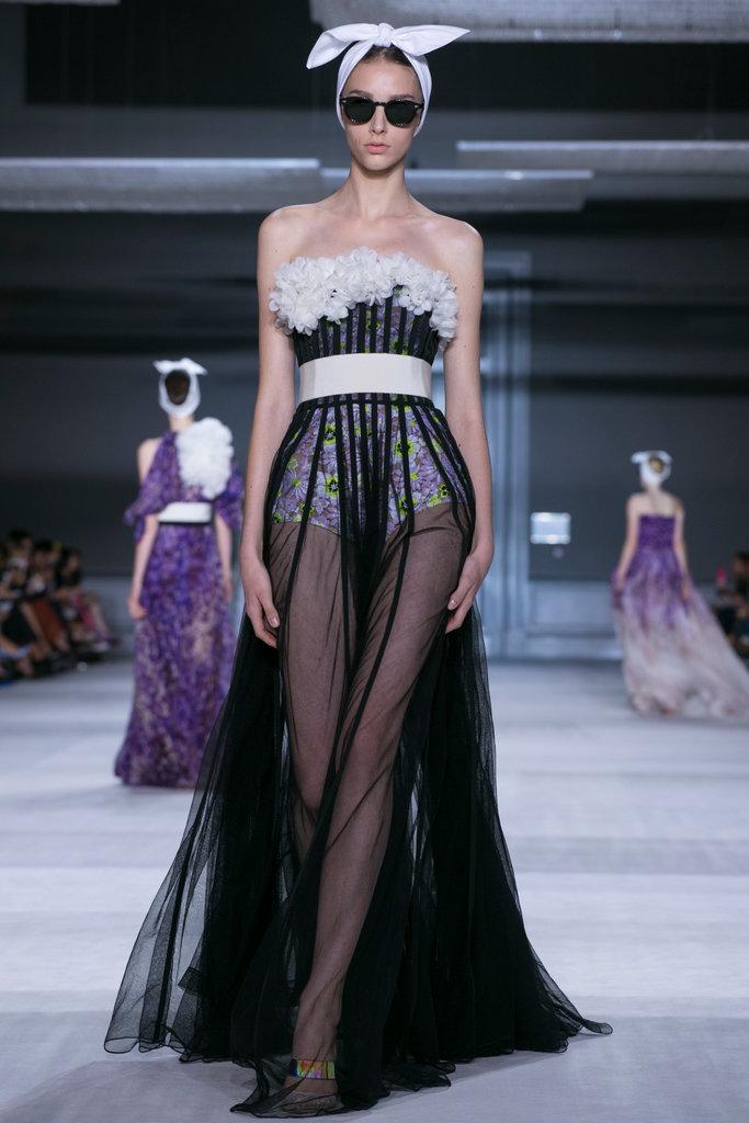 https://i0.wp.com/int.nyt.com/applications/catwalk/images/giambattista-valli/winter-2014-couture/30-jumbo.jpg