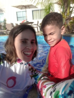 Conhecendo a piscina de adulto com a mamãe