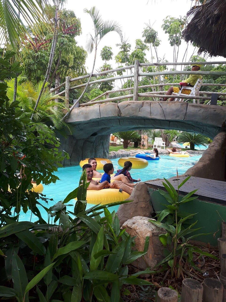 Estêvão com o papai no Rio Preguiçoso em Rio Quente Resorts