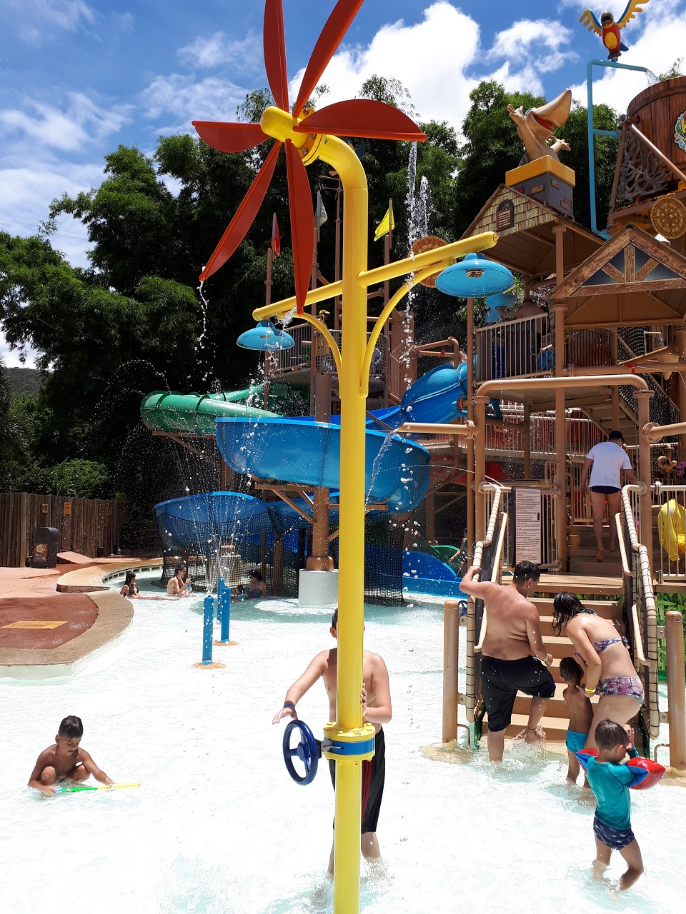 roda d água para divertir as crianças no hotbum