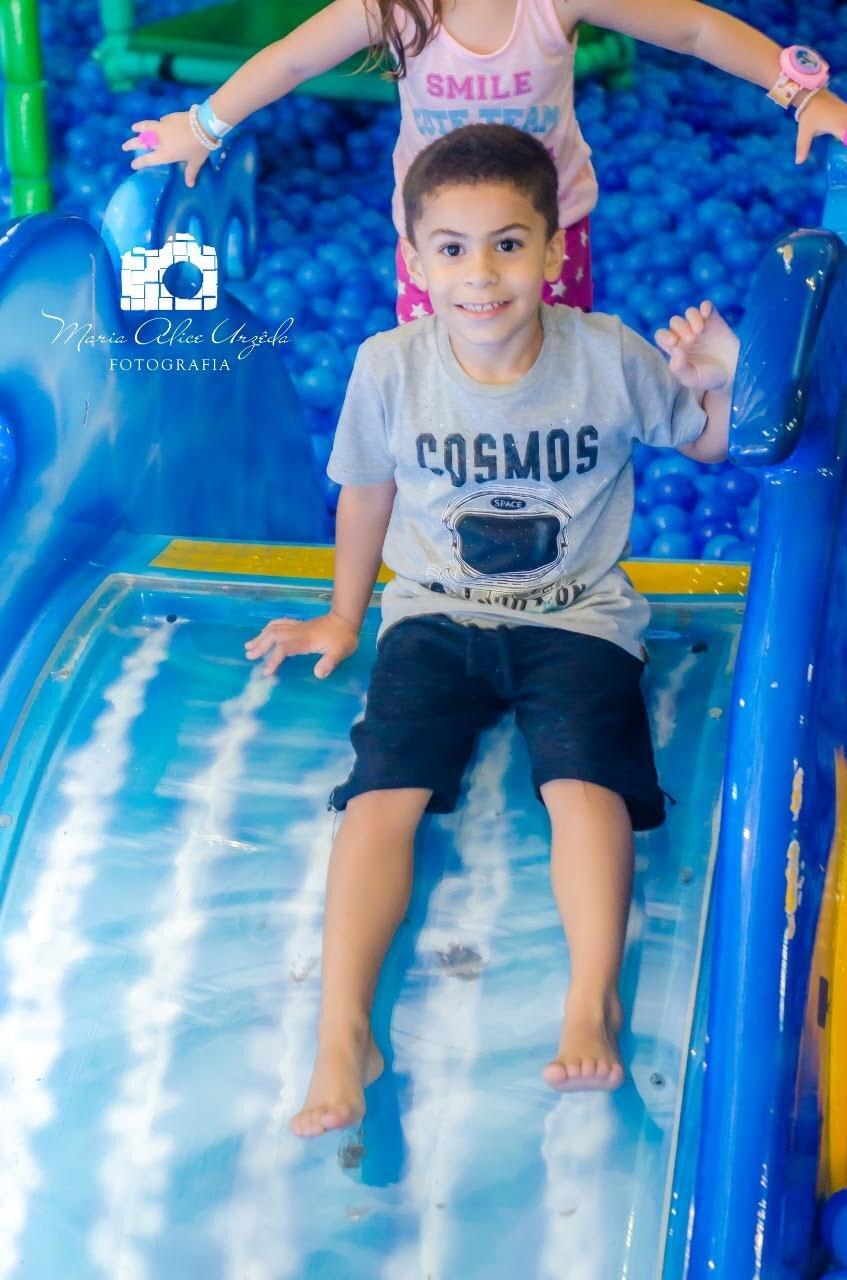 Escorregando na piscina de bolinhas
