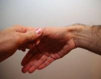 Estiramiento del pulgar con la mano izquierda