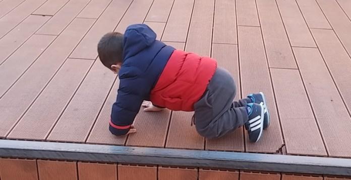 Niño en el suelo