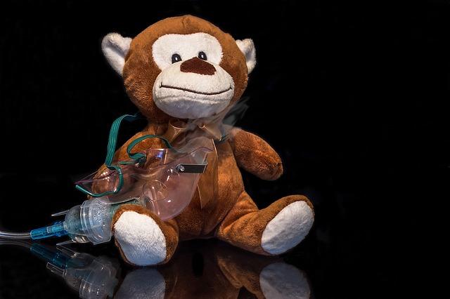 Mono con máscara de inhalación