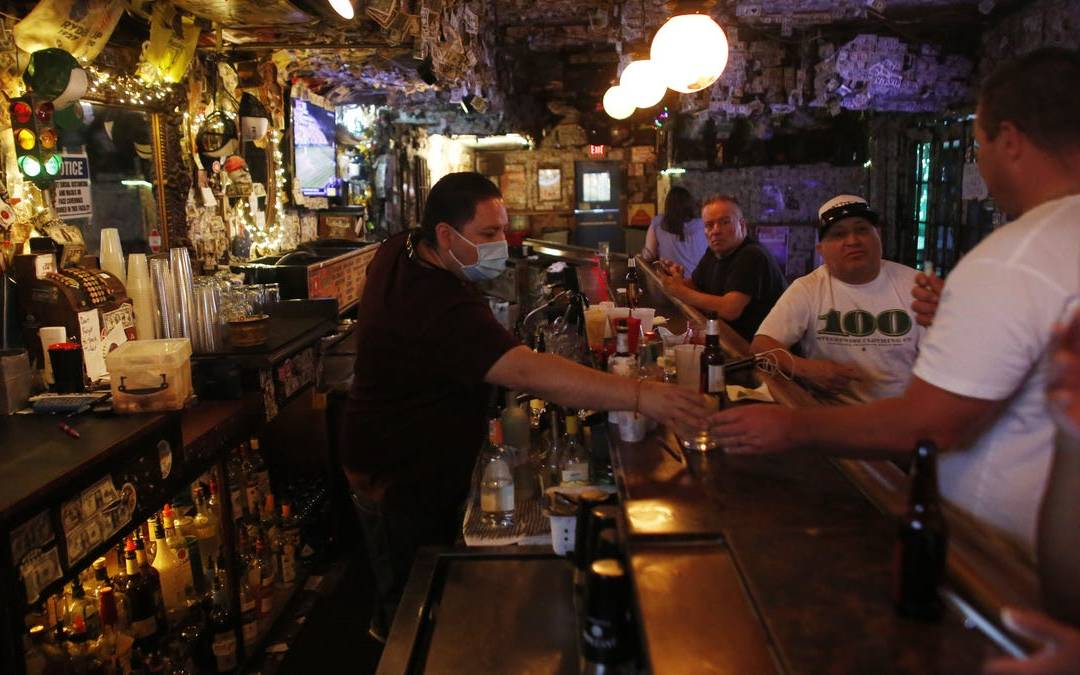 Bars in Tempe and Scottsdale serve drinks before Ducey order kicks in