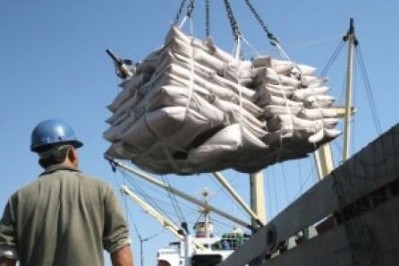 Carregamento de açúcar ensacado em porão de navio