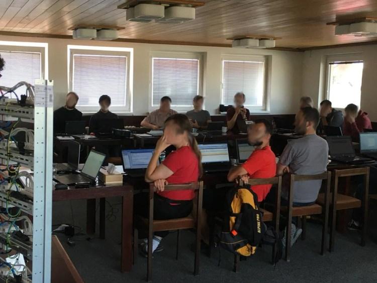 Každý z účastníku se přes svůj notebook připojil k Logic Machine