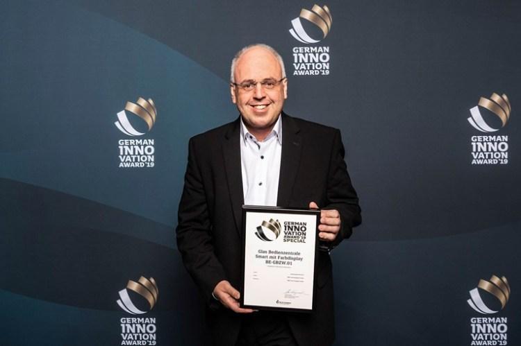 Přebírání ceny na ceremoniálu v Berlíně