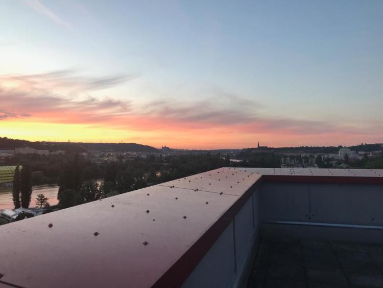 Z terasy byl nádherný výhled na panorama Prahy