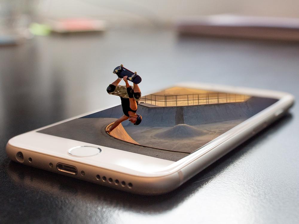 Skater performt auf einem überdimensional großen Smartform.