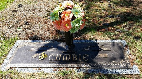 How to make your own Grave Decorations. Easy tutorial for DIY Cemetery Flowers using fake flowers. Step by step photos with instructions and supply list. #gravedecorations #cemeteryflowers #fakeflowers #Mothersday