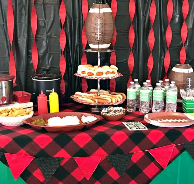 Homegating Menu and snack hacks. How to set up a game day party spread with easy recipes and decor to create a festive atmosphere without breaking the budget. #gameday #partyfood #homegating