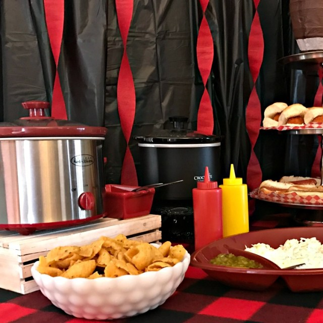 Homegating menu and snack hacks. Homegating Menu and snack hacks. How to set up a game day party spread with easy recipes and decor to create a festive atmosphere without breaking the budget. #gameday #partyfood #homegating