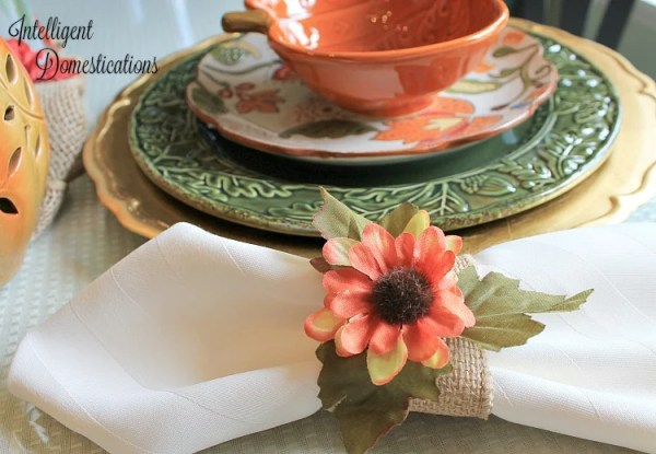 How to make easy burlap fall napkin rings. DIY Burlap Fall Napkin rings. DIY Fall Napkin rings. Burlap napkin rings.