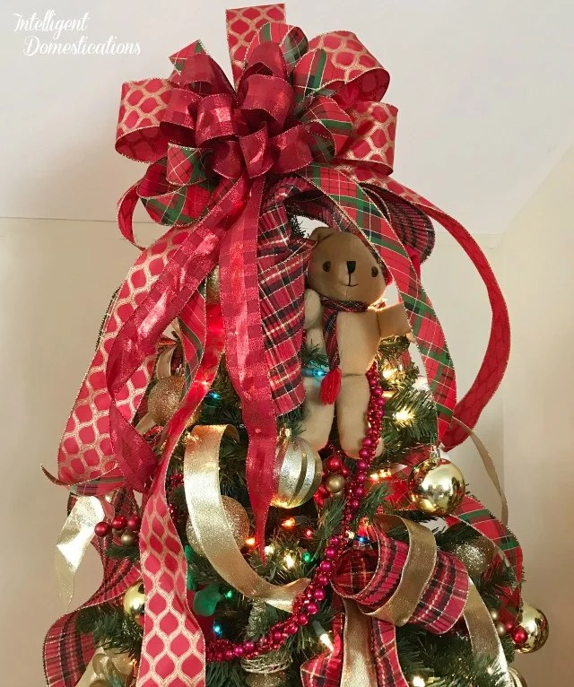 How to Decorate a Christmas Tree with Ribbon and Bows. Red and Gold Christmas Tree decor using ribbons, bows and gold balls #Christmastree