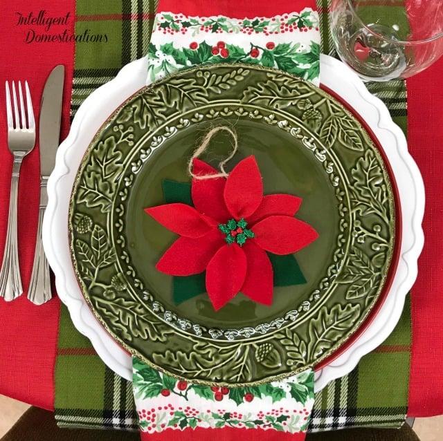 Simple Poinsettia Christmas Tablescape Ideas. #Christmas #Christmastablescape