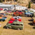 カナダにて、広大な土地を売りに出した男が登場。340台以上の「車付き物件」