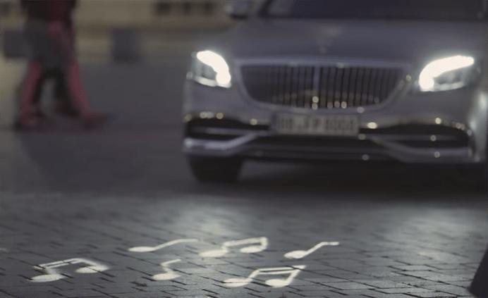 【動画】メルセデス・ベンツがマイバッハSクラスに「路上に、歩行者へのメッセージを表示」できるヘッドライトを装備
