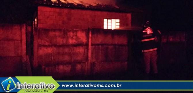 Incêndio d destrói moveis e telhado de casa em Paranaíba