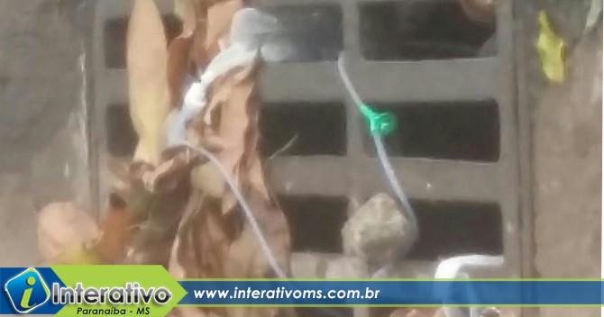 Morador flagra lixo hospitalar jogado na rua em Paranaíba