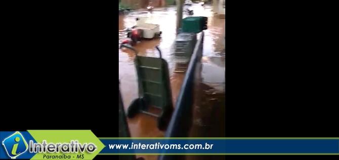Rua alaga e água invade supermercado em Paranaíba