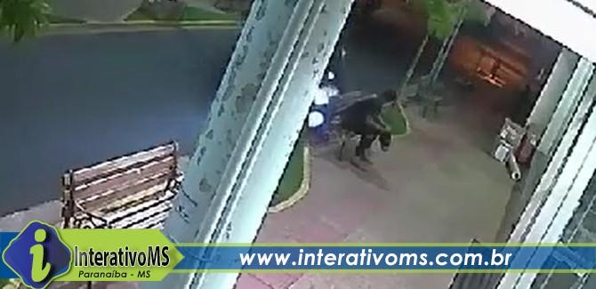 Homem escapa de atropelamento por fração de segundos no calçadão de Paranaíba