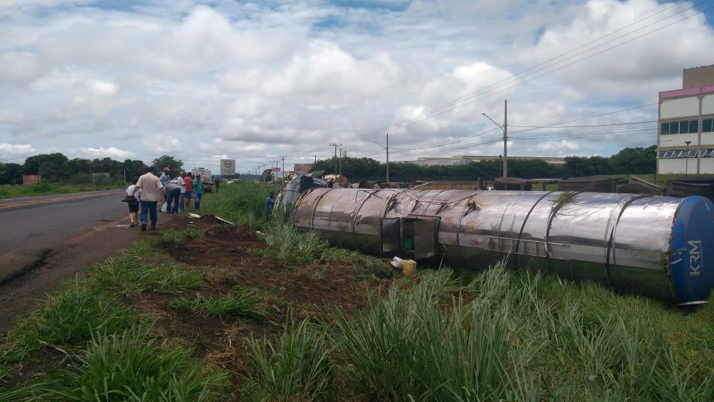 Mais um: carreta carregada com óleo tomba na BR-158