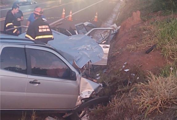 Pai e filho morrem em acidente envolvendo dois veículos