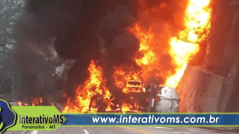 Caminhão pega fogo na BR-158