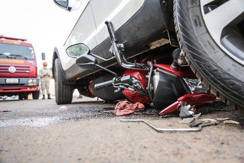 Motocicleta vai parar embaixo de carro em acidente em Campo Grande