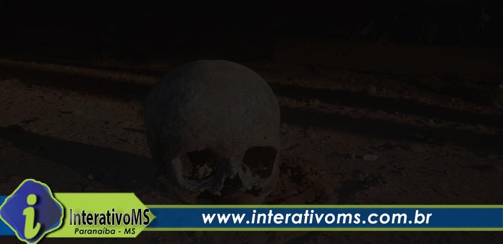 Após cantoria em frente de casa morador saí na rua e encontra crânio e cachaça no bairro de Lourdes