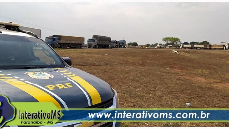 Vídeo – PRF escolta caminhões em bloqueio na BR-158 em Paranaíba