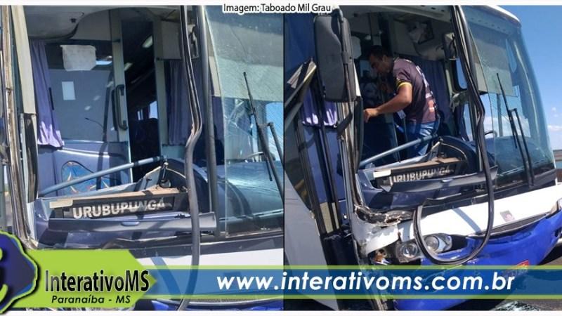 Vídeo – Ônibus e caminhão colidem na ponte rodoferroviária em Aparecida