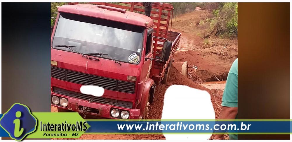 Aterro começa a ceder e outro caminhão quase cai onde rapaz perdeu a vida em acidente no Tamandaré