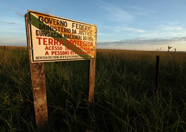 Sign indicating the Indigenous Land Marãiwatsédé (Photo: Rodrigo Baleia / Greenpeace)