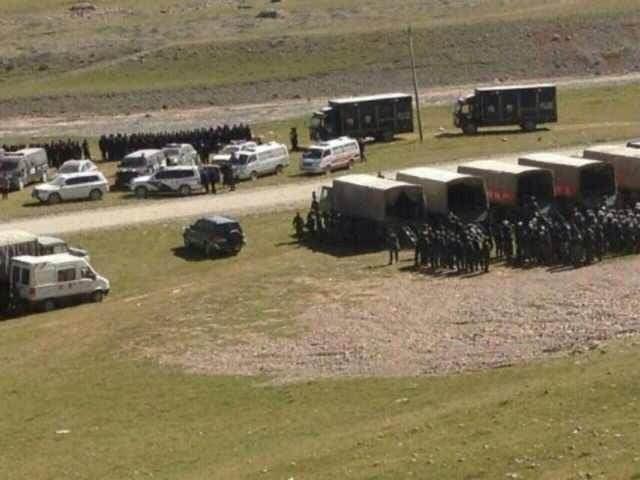 Security forces at scene of mining protest (Photo Credit: Free Tibet)