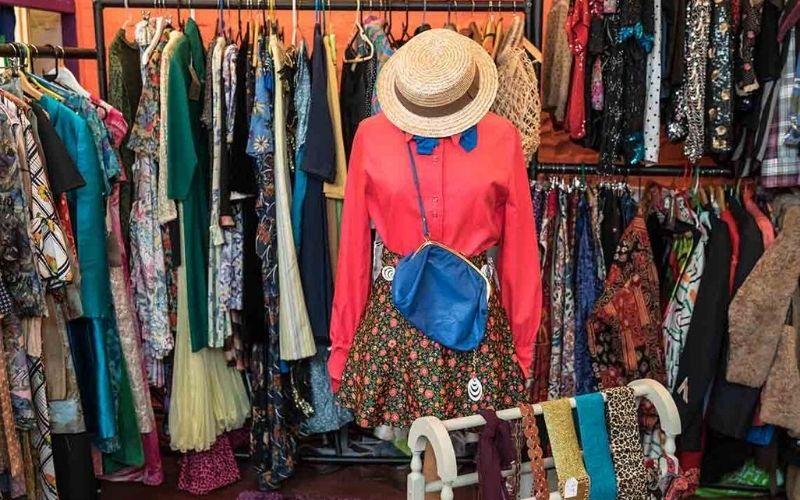 Consumo de moda sustentable: bazar ropa de segunda mano.