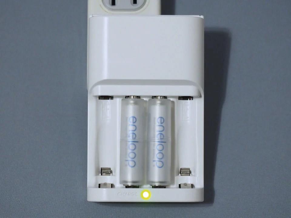 もちろんeneloop(エネループ)の充電器にもバッチリフィット。問題なく充電できるぞ。