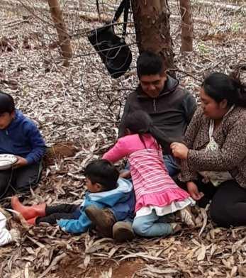 Andrea Neculpan y Alejandro Treuquil junto a sus hijos
