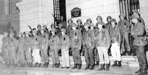 Infantes de Marina en las puertas de la Intendencia en la noche del Golpe