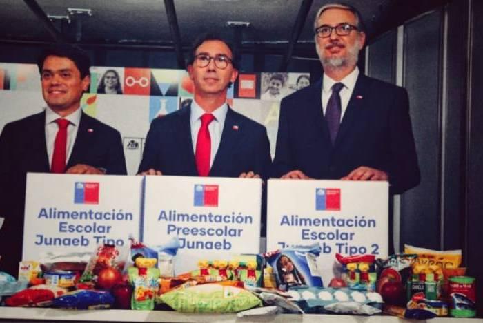 Ministro de Educación Raúl Figueroa anunciando la entrega de canstas Junaeb durante la pandemia