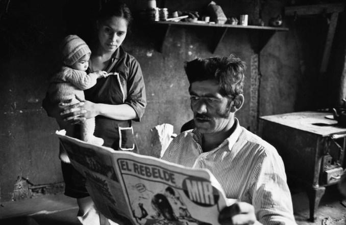 Un obrero agrícola leyendo El Rebelde. Foto de Raymond Depardon.