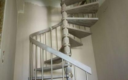 Εσωτερική σκάλα, κυκλική, μεταλλικής κατασκευής με ξύλινα πατήματα και κουπαστή και inox κάγκελο και λεπτομέρειες.